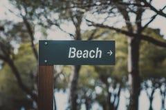 Pekare till stranden i form av en träminnestavlanärbild royaltyfri foto