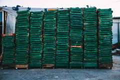 Pekin Chiny, Dec, - 21, 2014: kolorowy skrzynki masywny brogujący na drewnianych barłogach w rynku obraz royalty free