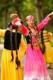 Pekin, Chiny 07 06 2018 Dwa szczęśliwych kobiet w jaskrawych sukniach tanczą w parku zdjęcie stock