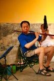 Pekin, Chiny 07/06/2018 A emeryta chińskich sztuk w parku z krajowym Chińskim instrumentem wyżłabia dizi fotografia stock
