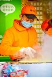 PEKIN CHINY, MARZEC, - 10, 2016: Handlarzi gotują jedzenie bezpośrednio dalej Fotografia Royalty Free