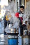 PEKIN CHINY, MARZEC, - 10, 2016: Handlarzi gotują jedzenie bezpośrednio dalej Zdjęcie Stock