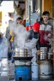PEKIN CHINY, MARZEC, - 10, 2016: Handlarzi gotują jedzenie bezpośrednio dalej Obrazy Royalty Free