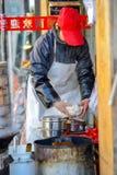 PEKIN CHINY, MARZEC, - 10, 2016: Handlarzi gotują jedzenie bezpośrednio dalej Obraz Stock