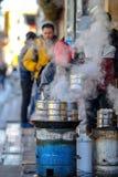 PEKIN CHINY, MARZEC, - 10, 2016: Handlarzi gotują jedzenie bezpośrednio dalej Fotografia Stock