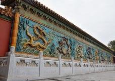 PEKIN, CHINY - OKOŁO MAJ 2018: Dziewięć smoków ściana Obraz Stock