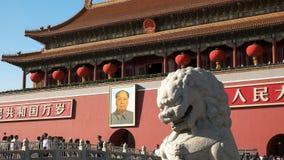 PEKIN, CHINY PAŹDZIERNIK, 2 2015: antyczny kamienny lwa i Mao zedong portret w plac tiananmen, Chiny zdjęcia royalty free