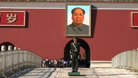 PEKIN, CHINY PAŹDZIERNIK, 2 2015: zamyka w górę portreta Mao i żołnierz przy niedozwolonym miastem obraz royalty free