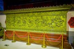 PEKIN, CHINY - 29 STYCZEŃ, 2017: Ampuła zielenieje metalu talerza z piękny chabet wykonującym ręcznie wzorem, spektakularny kawał Zdjęcie Stock