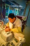 PEKIN, CHINY - 29 STYCZEŃ, 2017: Chabeta rzemieślnika obsiadanie biurkiem używać elektrycznego narzędziowego działanie z pełną ko Fotografia Royalty Free