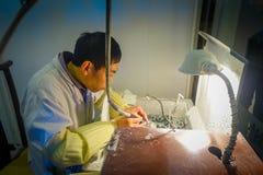 PEKIN, CHINY - 29 STYCZEŃ, 2017: Chabeta rzemieślnika obsiadanie biurkiem używać elektrycznego narzędziowego działanie z pełną ko Obrazy Royalty Free