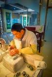 PEKIN, CHINY - 29 STYCZEŃ, 2017: Chabeta rzemieślnika obsiadanie biurkiem używać elektrycznego narzędziowego działanie z pełną ko Obraz Royalty Free