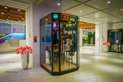 PEKIN, CHINY - 29 STYCZEŃ, 2017: Jawny karaoke budka z ludźmi inside lokalizować w centrum handlowym Fotografia Royalty Free