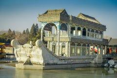 PEKIN, CHINY - 29 STYCZEŃ, 2017: Kamienny dom projektujący jako houseboat siedzący nabrzeże, inside wiosna pałac kompleks, a Zdjęcia Royalty Free