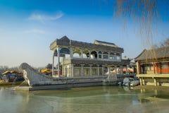 PEKIN, CHINY - 29 STYCZEŃ, 2017: Kamienny dom projektujący jako houseboat siedzący nabrzeże, inside wiosna pałac kompleks, a Obrazy Royalty Free