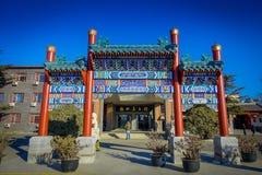 PEKIN, CHINY - 29 STYCZEŃ, 2017: Spektakularna fasada wejście w chabeta rzemiosła sztuki sklep, kolorowy i piękny Obrazy Stock