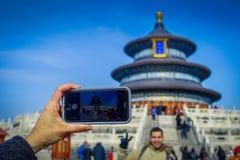 PEKIN, CHINY - 29 STYCZEŃ, 2017: Telefon komórkowy strzelaniny obrazek, pięknej kółkowej struktury inside niebo świątynia Fotografia Royalty Free