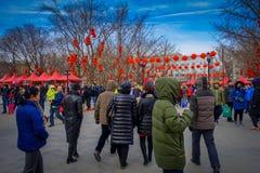 PEKIN, CHINY - 29 STYCZEŃ, 2017: Turyści i miejscowi zbierają w olimpijskiej świątyni ziemia park, drzewa dekorujący wewnątrz Zdjęcie Stock