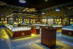 PEKIN, CHINY - 29 STYCZEŃ, 2017: Inside wielki sklepu sprzedawania chabeta craftsmanship, statuy i medale tradycyjni, Obraz Stock