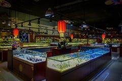 PEKIN, CHINY - 29 STYCZEŃ, 2017: Inside wielki sklepu sprzedawania chabeta craftsmanship, statuy i medale tradycyjni, Obrazy Stock