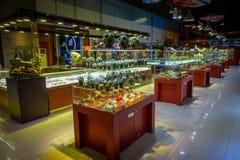 PEKIN, CHINY - 29 STYCZEŃ, 2017: Inside wielki sklepu sprzedawania chabeta craftsmanship, statuy i medale tradycyjni, Obrazy Royalty Free