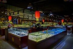 PEKIN, CHINY - 29 STYCZEŃ, 2017: Inside wielki sklepu sprzedawania chabeta craftsmanship, statuy i medale tradycyjni, Zdjęcie Stock