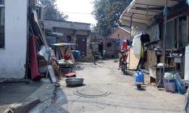 Pekin, slamsy, rozbiórka, wioska i slamsy, zanieczyszczenie, skażenie wody, toaleta, starzy domy, bungalowy, favela, rynna, Chiny Zdjęcie Royalty Free