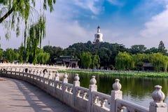 Peking Beihai parkerar det vita tornet royaltyfria foton