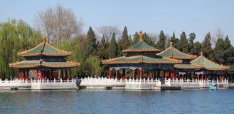 Peking Beihai parkerar Fem-draken paviljongen Arkivfoto