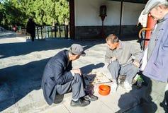 """PEKING, CHINA †""""15 Oktober, 2013: mensen die controleurs Xiangqi spelen - het Chinese nationale raadsspel royalty-vrije stock foto's"""