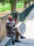Peking, China - April 2011: Alter chinesischer Mann, der das traditi spielt stockbilder