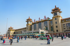 PEKING, CHINA - BRENG 23, 2015 IN DE WAR: Passangersmenigte rond Peking Royalty-vrije Stock Afbeeldingen