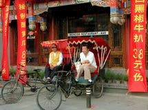 Peking, China: De Bestuurders van Pedicab in Hutong Stock Afbeelding