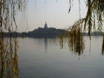 Peking China - de mening van de Wilg van park Beihai Stock Fotografie