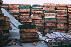 Peking, China - 21 Dec, 2014: kleurrijke massieve kratten gestapeld op houten pallets in een markt stock fotografie