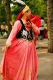 Peking, China 07 06 2018 Gelukkige Vrouw in rode kledingsdans in het park royalty-vrije stock fotografie