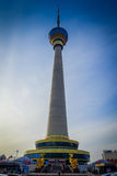 PEKING, CHINA - 29. JANUAR 2017: Der alte CCTV-Turm der Stadt, sehr des hohen Gebäudes mit goldener und glasiger Haube oben Stockfoto