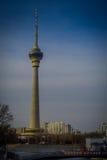 PEKING, CHINA - 29. JANUAR 2017: Der alte CCTV-Turm der Stadt, sehr des hohen Gebäudes mit goldener und glasiger Haube oben Lizenzfreie Stockfotos