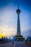 PEKING, CHINA - 29. JANUAR 2017: Der alte CCTV-Turm der Stadt, sehr hohes Gebäude mit Haube oben Stockbilder