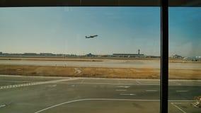 PEKING, CHINA - 1. JANUAR 2018: Entfernen Sie das Flugzeug in den Fenstern des Flughafens stock video footage