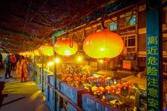 PEKING, CHINA - 29. JANUAR 2017: Leute, die um reizend Straßen mit den kleinen Restaurants, traditionell gehen Stockbilder