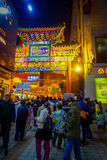 PEKING, CHINA - 29. JANUAR 2017: Leute, die um reizend Straßen mit den kleinen Restaurants, traditionell gehen Lizenzfreie Stockfotos