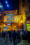 PEKING, CHINA - 29. JANUAR 2017: Leute, die um reizend Straßen mit den kleinen Restaurants, traditionell gehen Stockbild