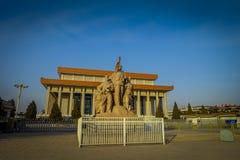 PEKING, CHINA - 29. JANUAR 2017: Mao-Gedenkhalle, herein gelegen auf Tianmen-Quadrat, Statuentribut auf chinesische Arbeitskräfte Stockbild