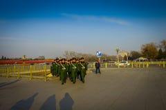PEKING, CHINA - 29 JANUARI, 2017: Chinese legermilitairen die op de vierkante dragende groene eenvormige lagen van Tianmen marche Royalty-vrije Stock Afbeelding