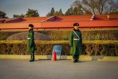 PEKING, CHINA - 29 JANUARI, 2017: Chinese legerwachten die zich binnen verboden stad bevinden die groene eenvormige lagen dragen Stock Afbeeldingen