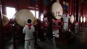 Peking, China - Juni 2019: Schlagzeugerausstellung innerhalb des Trommel-Turms, Gulou stock video