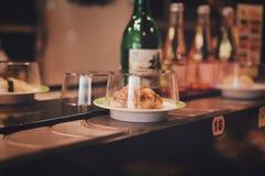 Peking, China - Juni 9, 2018: Teller in een Japanse restaurantsushi met klaar maaltijd royalty-vrije stock fotografie