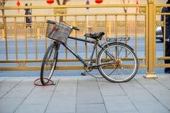 PEKING, CHINA - 12. MÄRZ 2016: Auf der Straßenseite ein Fahrrad I Stockfotos