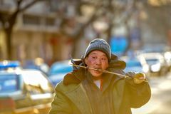 PEKING, CHINA - 11. MÄRZ 2016: Der Obdachlose im Abfall BO Stockbilder
